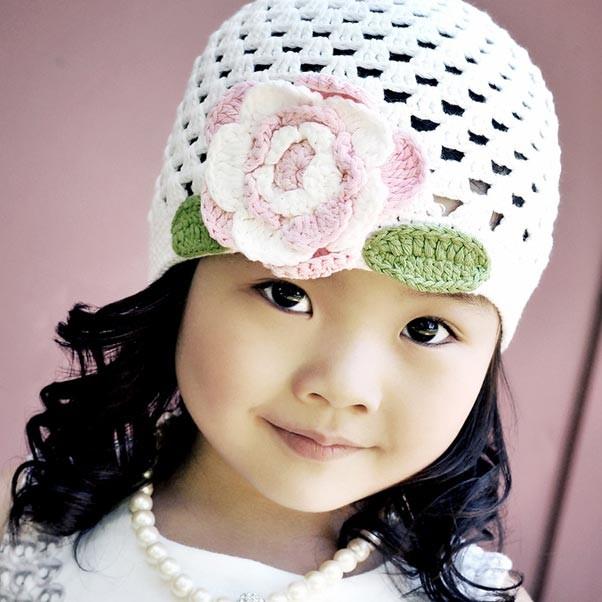 вязание осенне-весенние шапки для девочек 4-6 лет. белая фирмы Smitten. Размер на 4-6 лет